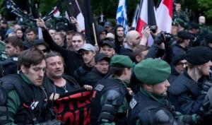 10. Mai am Hauptbahnhof: Der Nazi-Pulk versuchte mehrfach die Polizeikette zu durchbrechen. Mehrfach wird zugeschlagen. Journalisten werden bedroht und gefilmt. Foto: as